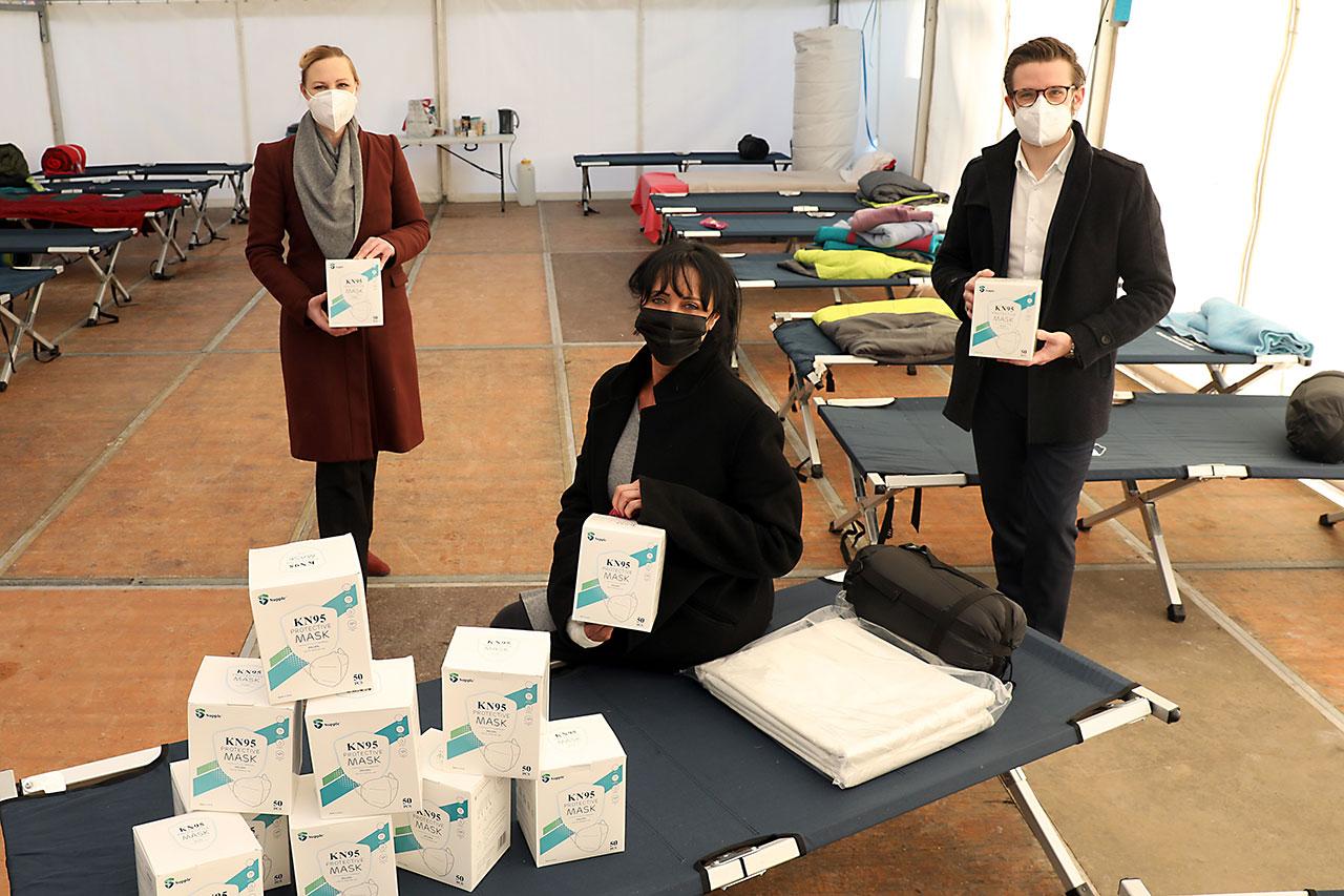 Foto Sozialdezernentin Dörte Schall (links) und Oberbürgermeister Felix Heinrichs (rechts) übergaben persönlich an Renate Schaffrath (Mitte) FFP2-Masken.